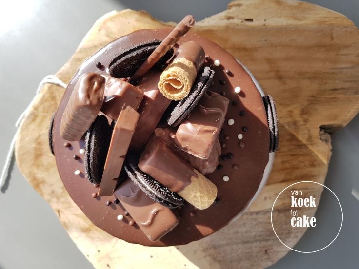 Chocoladetaart met chocoladerepen, oreo koekjes en chocolade drips