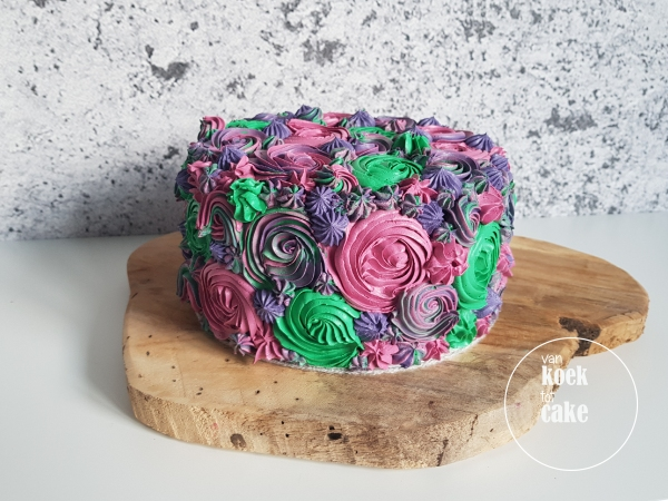 Chocolade taart versierd met bloemen van Italiaanse meringue botercreme