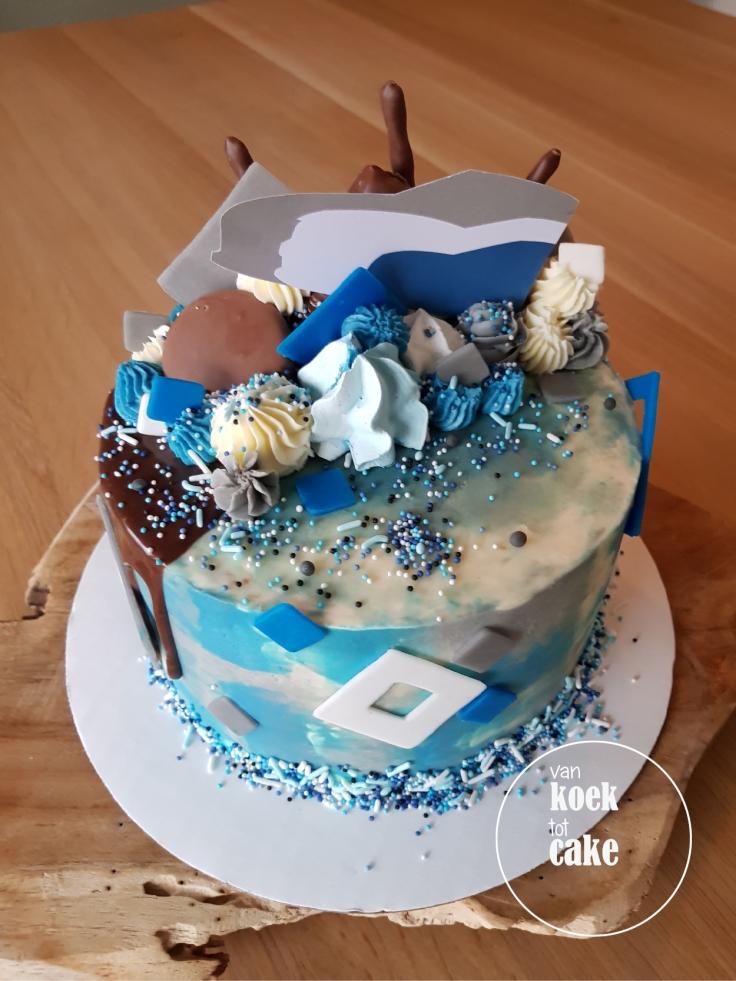Melkchocolade dripcake blauw-wit-grijs met logo en straciatella vulling - van koek tot cake middelburg oost-souburg-vlissingen