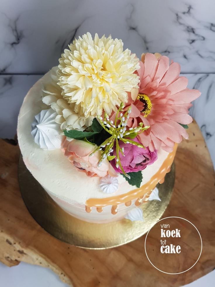 Bruidstaart | Perzikkleurige taart voor een bruiloft met bloemen en botercreme op maat | bestellen Middelburg Vlissingen Oost-Souburg