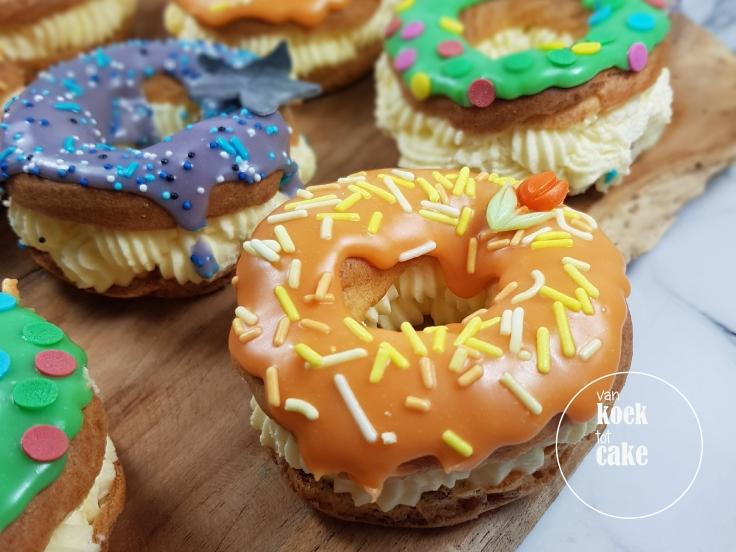Soezendonut gevulde soesjes in de vorm van een donut | van koek tot cake | gebak bestellen Middelburg Vlissingen Zeeland